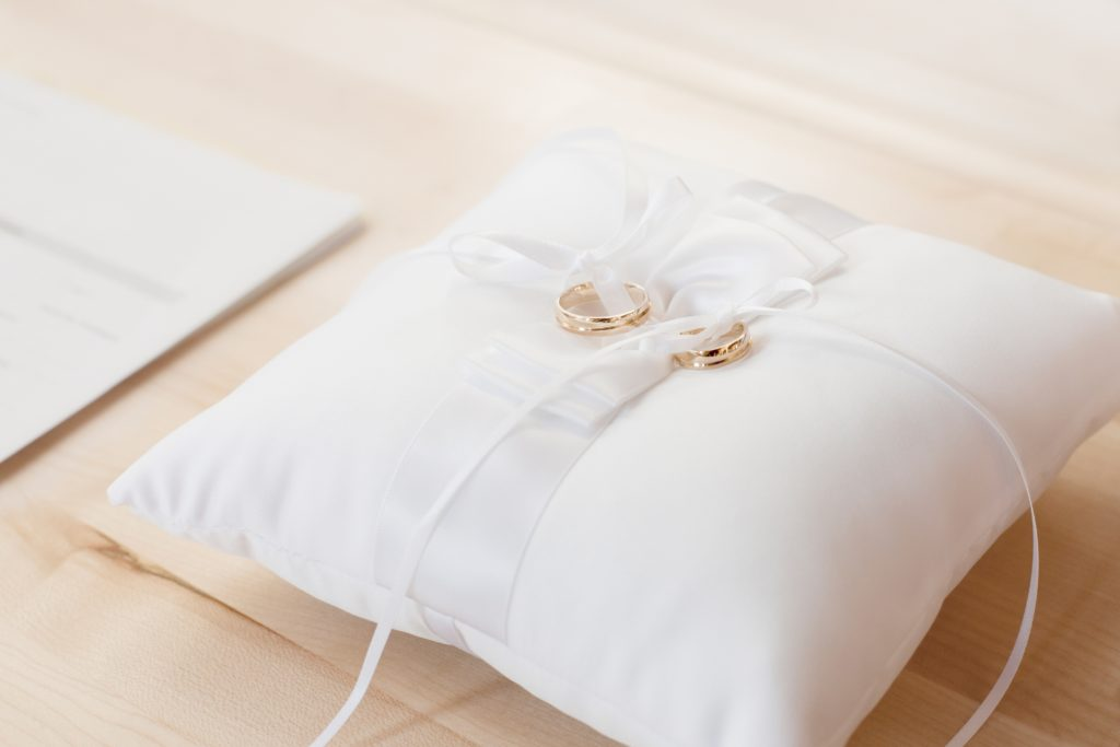 bed-bedroom-cushion-decorative-372225